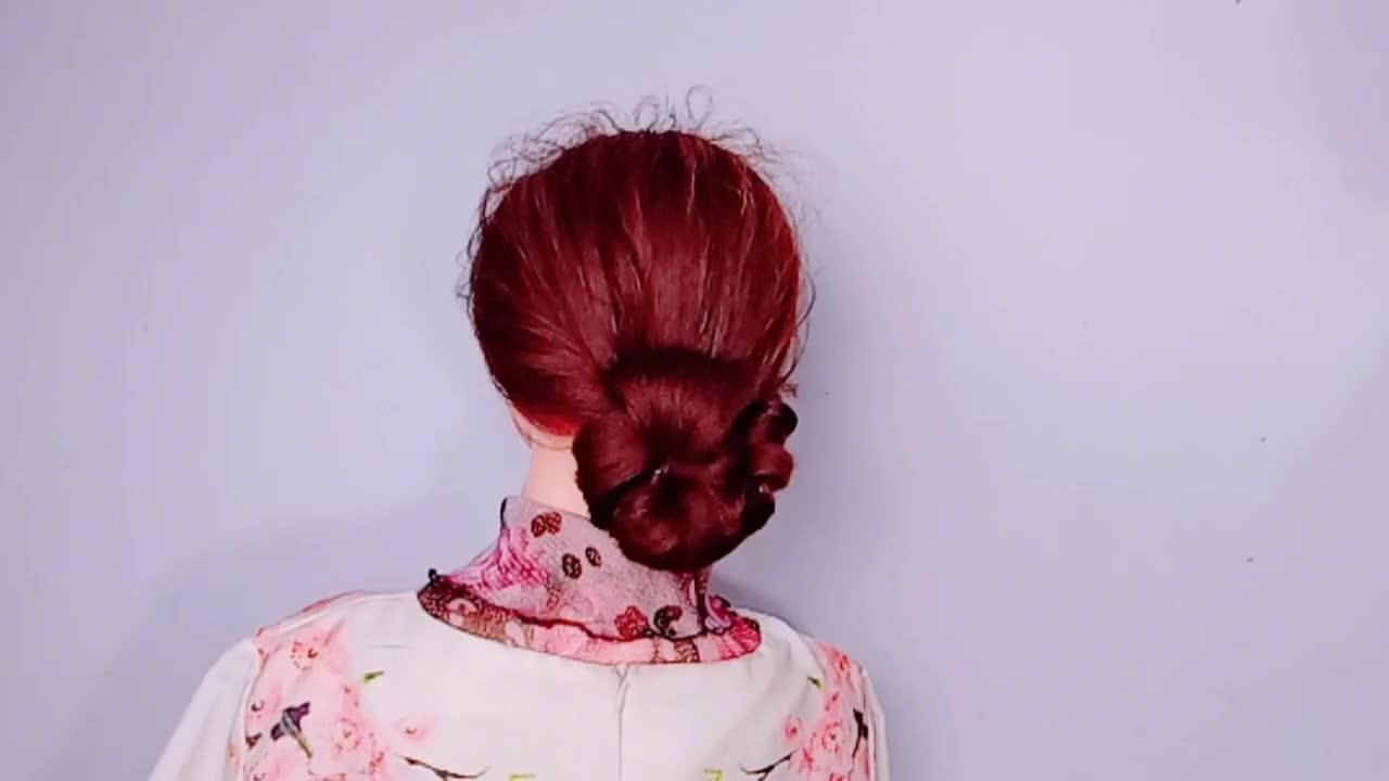 一款适合中长发女人的发型,简单易学,端庄优雅又减龄