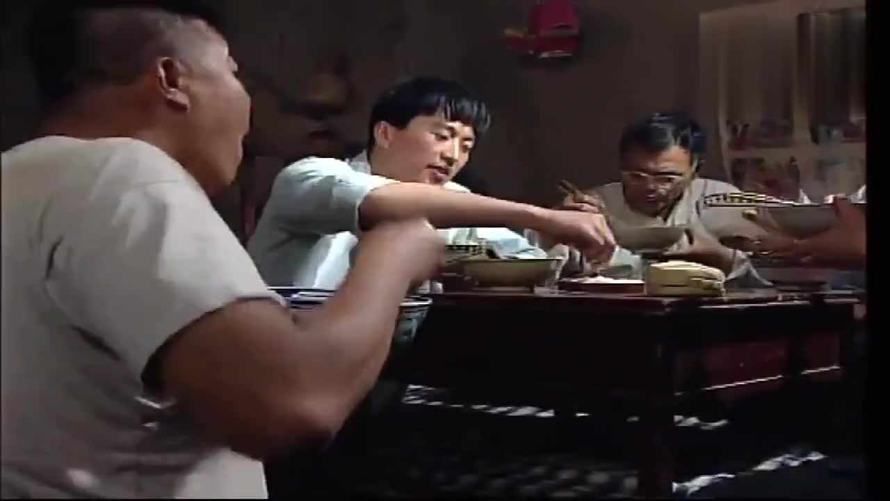 傻哥这饭量他那个大碗能盛下别人一家的饭了吧