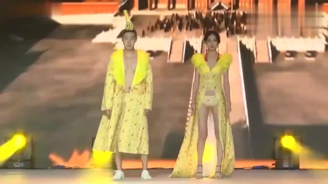 芭蒂欧宫廷华贵中国风走秀,璀璨的灯光下显得奢华无比