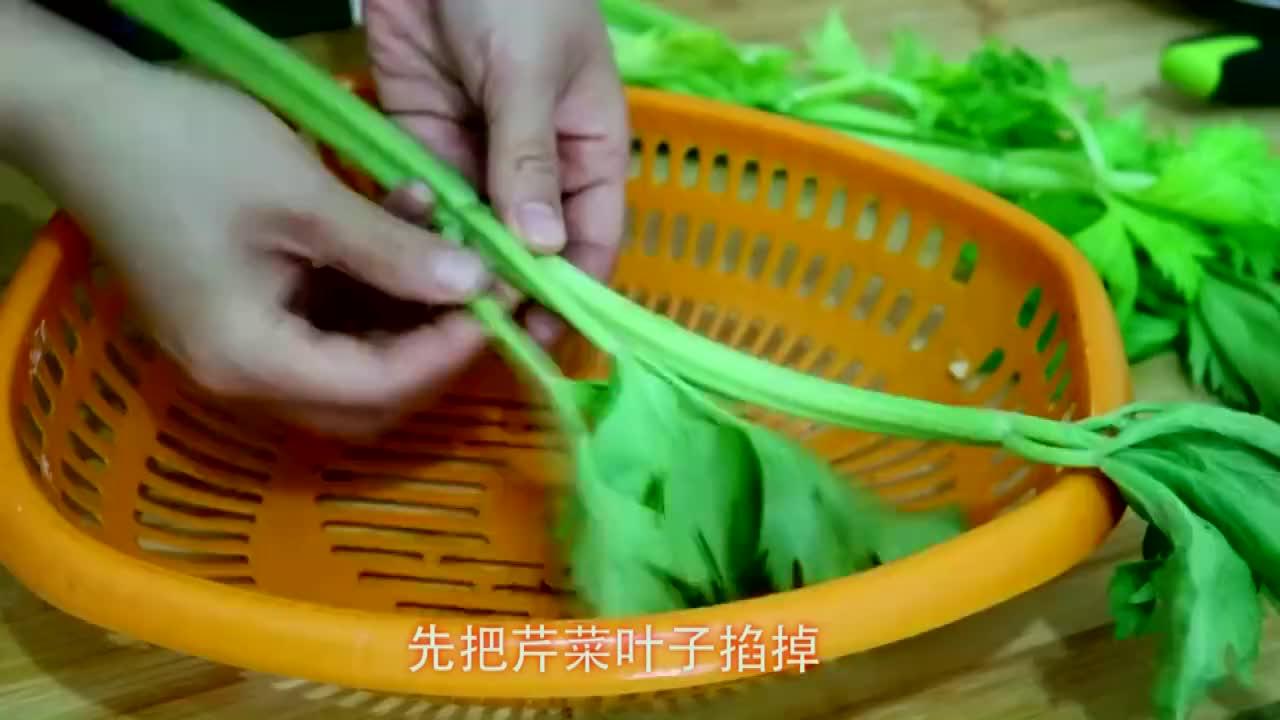 过年了大虾就这样吃加上芹菜和蘑菇不蒸不凉拌好吃不油腻