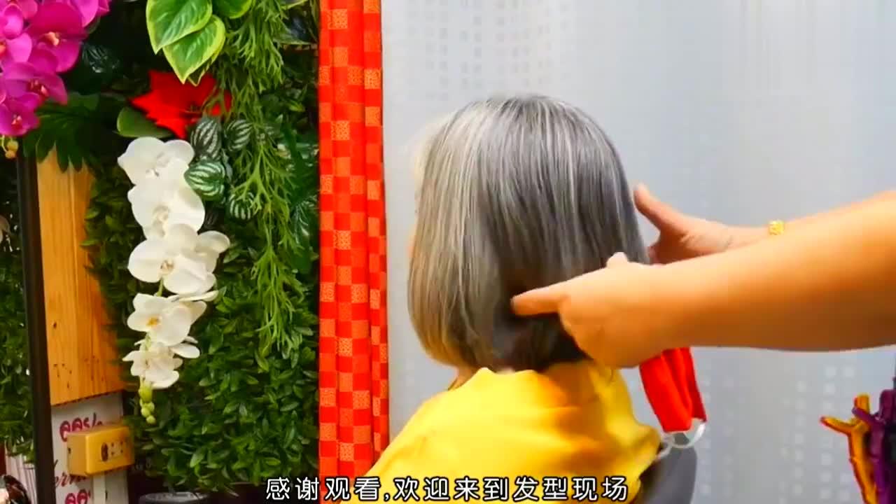 阿姨头发花白怎么剪?就是不染,发型师干脆剪成波波头,年轻多了