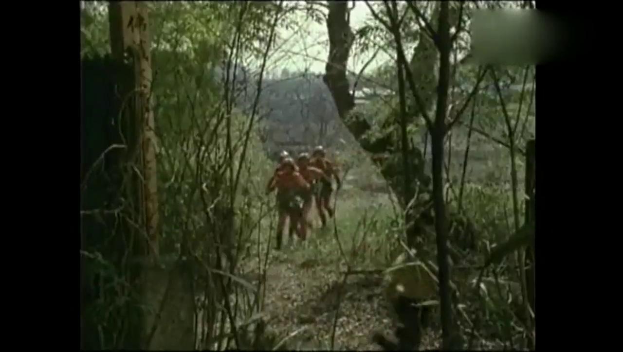 防卫队的队员追个男孩,最后才发现这个男孩是之前的怪兽