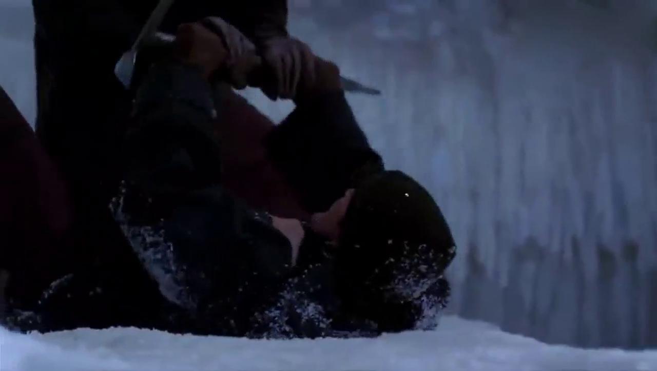 极地冰窟内打斗 考古学家宝物被抢走