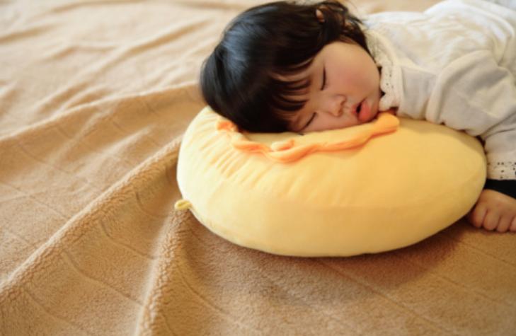 宝妈注意!一岁以上的孩子,有这3点行为就需要枕头了