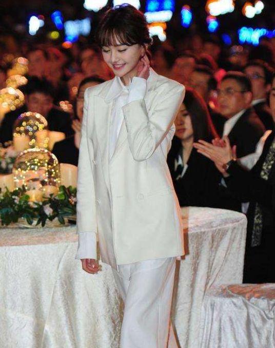 盘点4位穿西装的女星,郑爽最丑,刘涛霸气,最后一位惊艳到我了