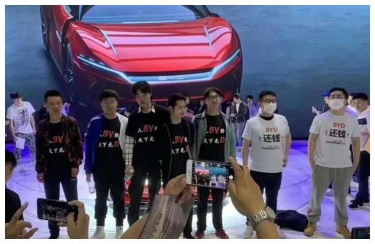 """比亚迪上海车展被当场""""拆台"""",场面毁三观,网友:就差拉横幅了"""