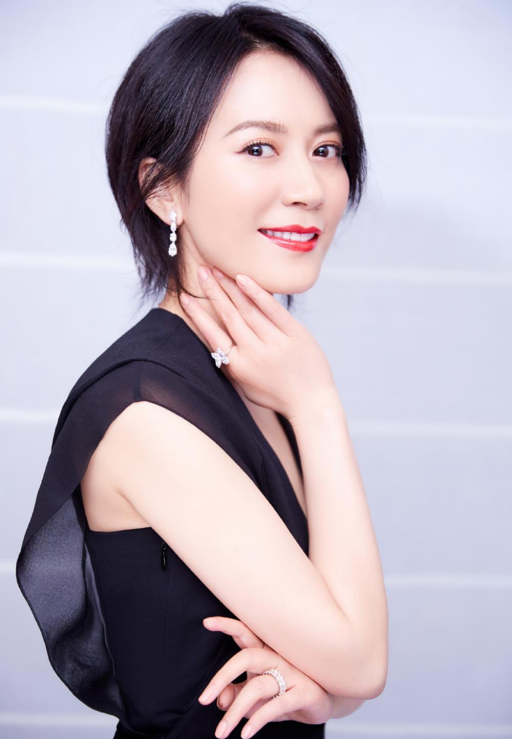 48岁俞飞鸿换新发型, 锁骨发搭配黑色look连衣裙, 居然意外时尚图片