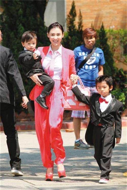 """四位""""单亲妈妈""""女星:张柏芝何洁上榜,唯有她未婚生子!"""