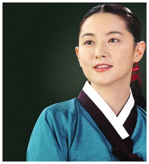 48岁李英爱素颜带女儿看舞台剧,优雅大方状态佳,8岁女儿颜值高
