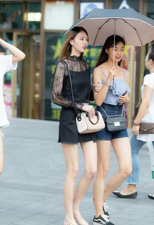 街拍:个性漏洞牛仔裤十分张扬,上身配黑长袖T恤,学生气质明显