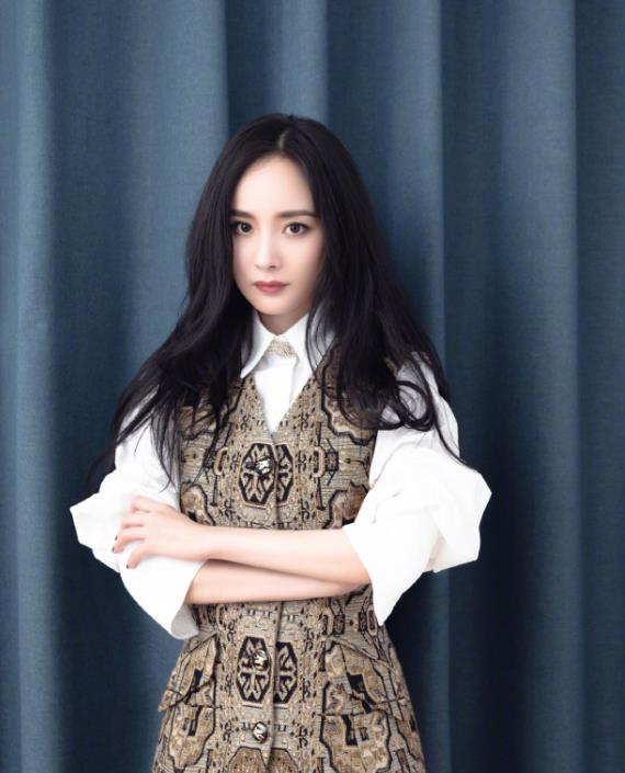 """杨幂有多自信?把""""地毯""""当裙子穿,看到全身照那刻才知她有多美"""