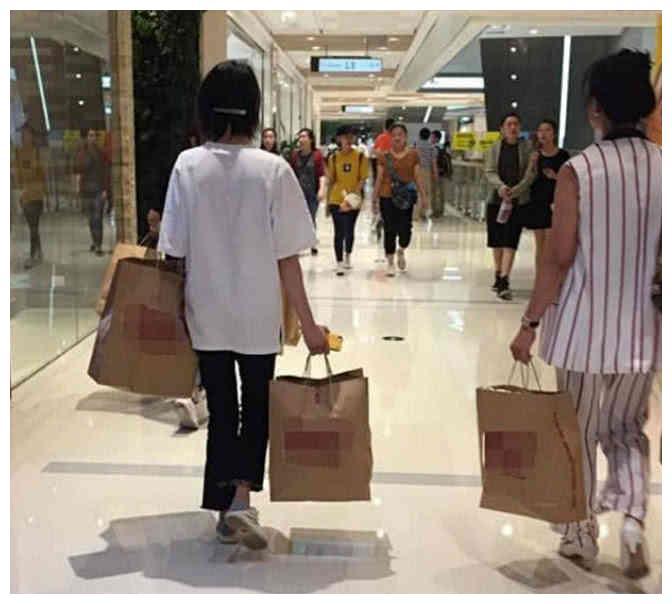 小仙女郑爽陪妈妈外出购物,一个小细节证明难怪她会一直红