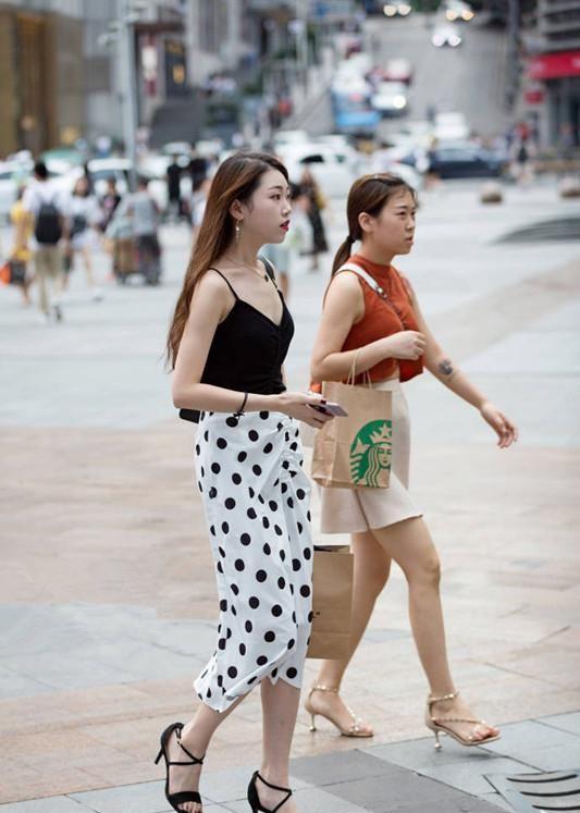 街拍:灰色抹胸吊带裙,搭配白色平底鞋,知性文雅宛如邻家姑娘
