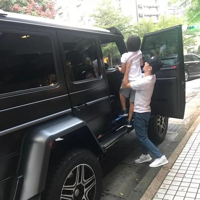 """林志颖被爆花亿元现金买超跑,没想到他车库里还有""""几?."""