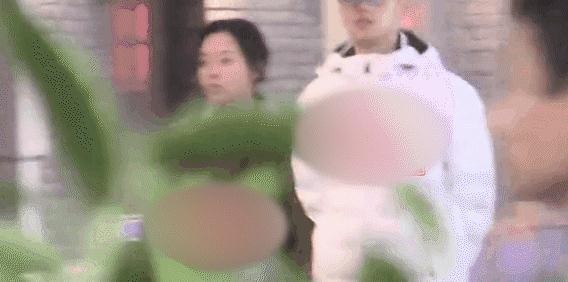 张靓颖与小5岁男友恋情实锤,同回酒店未出,王铮亮暗讽其不靠谱