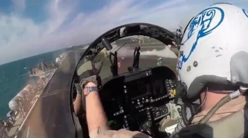 航母舰载机弹射起飞时,飞行员双手为何不碰操纵杆?
