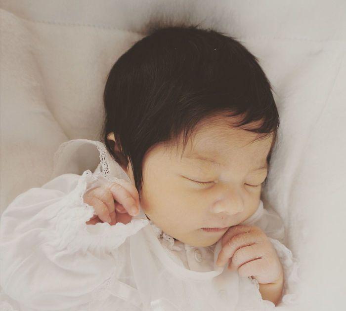 """日本6个月大女婴,头发却浓密的像""""蒙奇奇"""""""