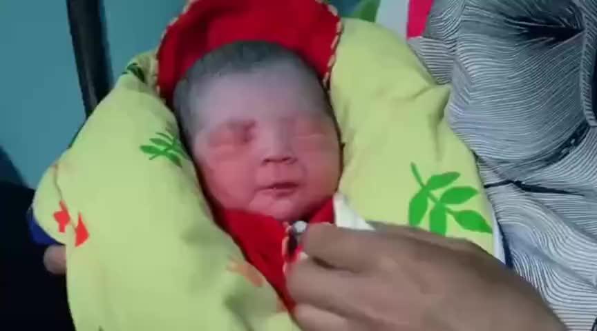 刚出生的宝宝,脸红彤彤的,看起来就像猴屁股,太可爱了