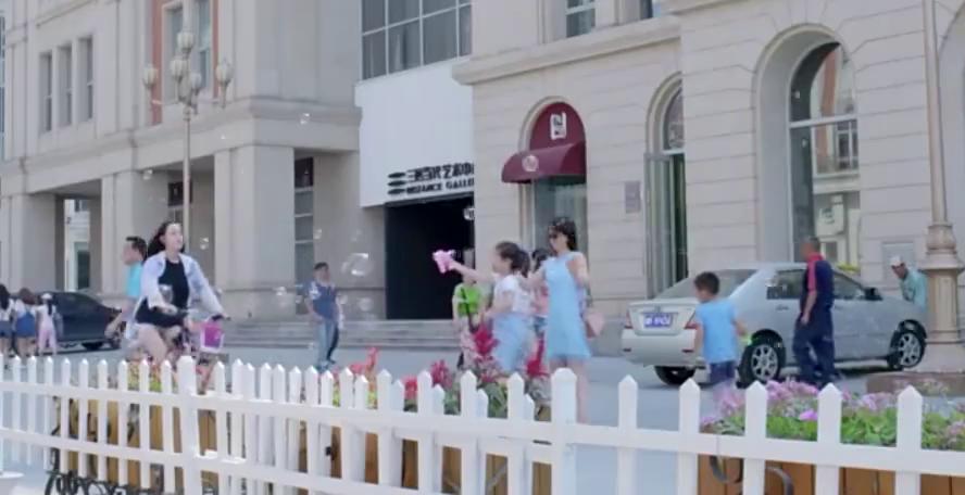 麻辣变形记;关小迪自行车赶比赛,在街上花式秀车技,太精彩了