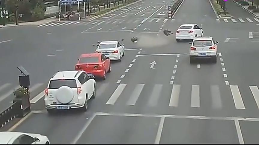 电动车潇洒闯红灯,没想到自己已大难临头,下一秒再也没有爬起来