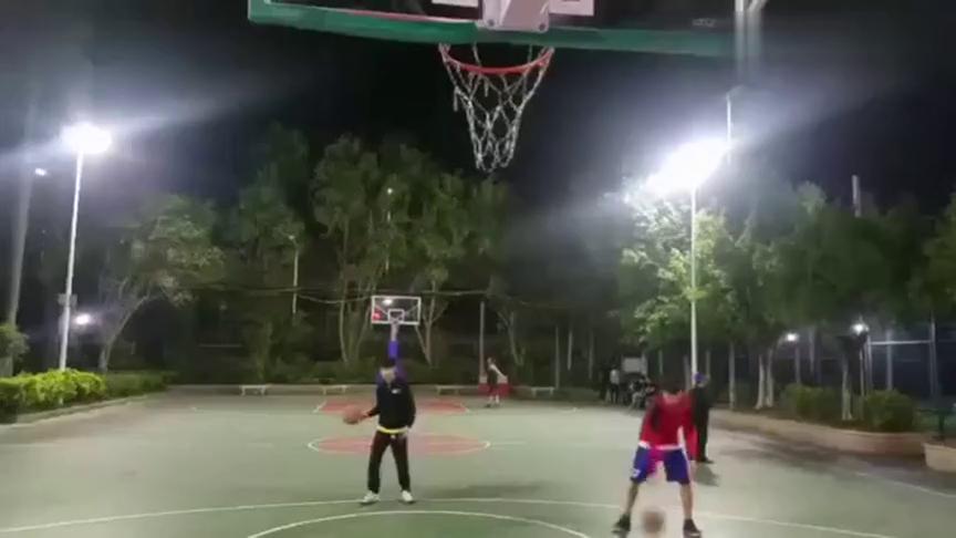 业余远动员练习打篮球,两个小哥哥既默契、球技也好