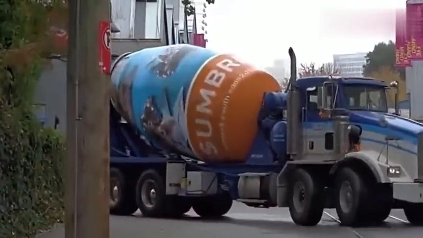 国外水泥车的外表喷绘太霸气了,有没有看着很像擎天柱的感觉!