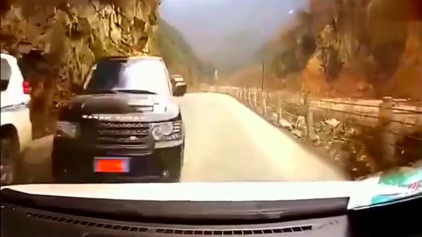 豪车在山路上这样嚣张超车,把这一家人害惨了!