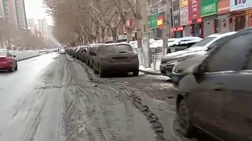 """停在路边的车""""中奖了""""!小白变成了小黑,洗车场有的忙了!"""