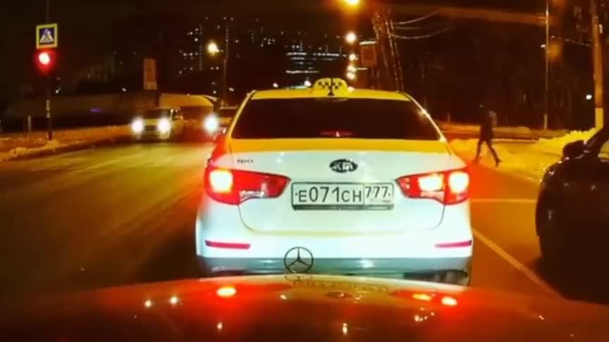 又一个闯红灯的这么喜欢被警车追吗