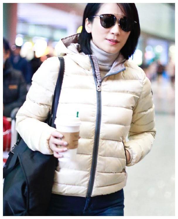 俞飞鸿终于高调了,穿白色棉服优雅大气,48岁美得清新又脱俗!