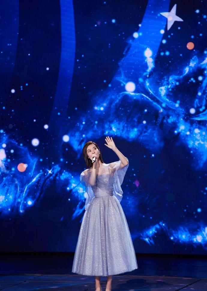 组图:郁可唯身着蓝色纱裙亮相六一晚会,仙气十足,人美歌甜!