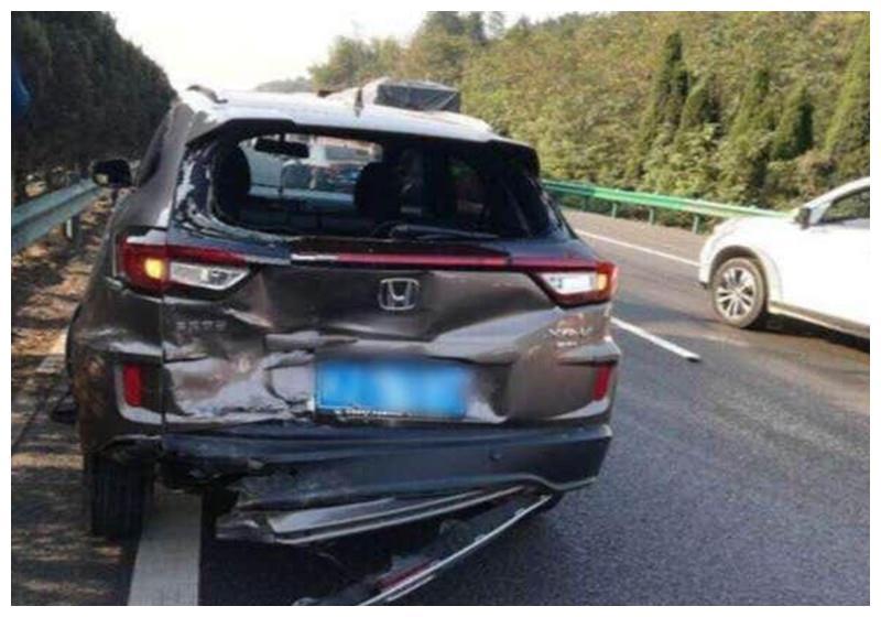 本田XRV在高速上被追尾,看到汽车损伤后,网友:被火车撞了?