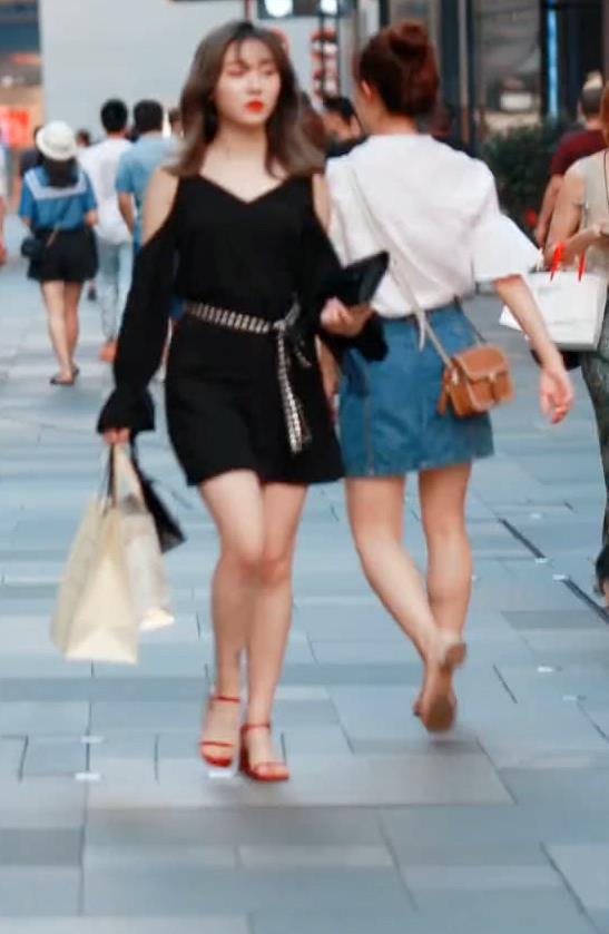 """街拍微胖小仙女,""""黑色高腰插肩袖连衣裙"""",网友:慕了"""