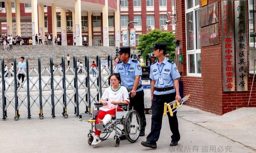 高考前她摔折了腿,坐轮椅进考场,执勤警察热情助考送鲜花祝贺!
