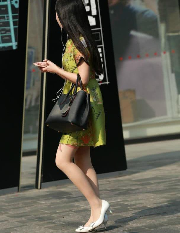 路人街拍:复古亮眼的连衣裙,蝴蝶结刺青值得思考!