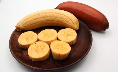 """这果子跟香蕉长得像,颜色却""""鲜红如血"""",咬一口就忘不了口感"""
