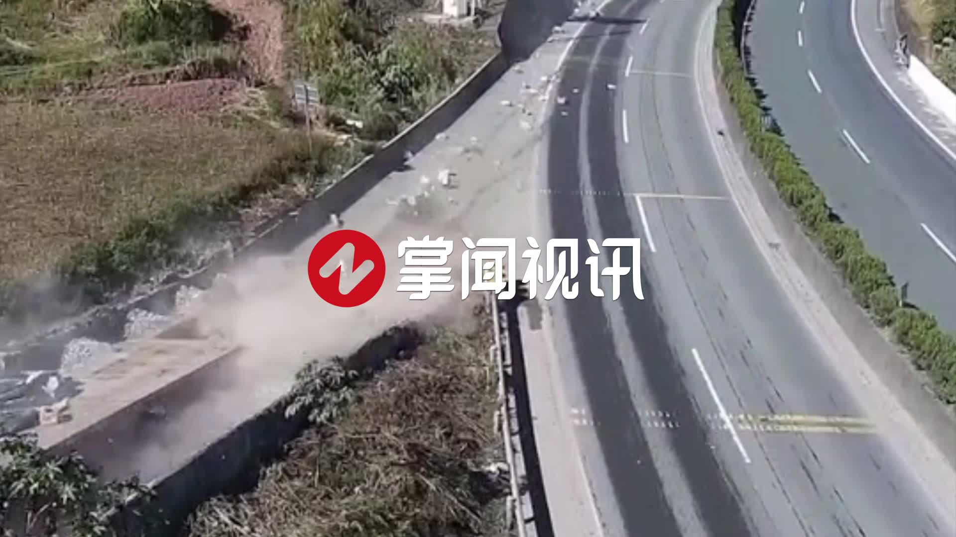 货车刹车失灵冲上避险车道自救 后车司机狂奔救人令人泪目