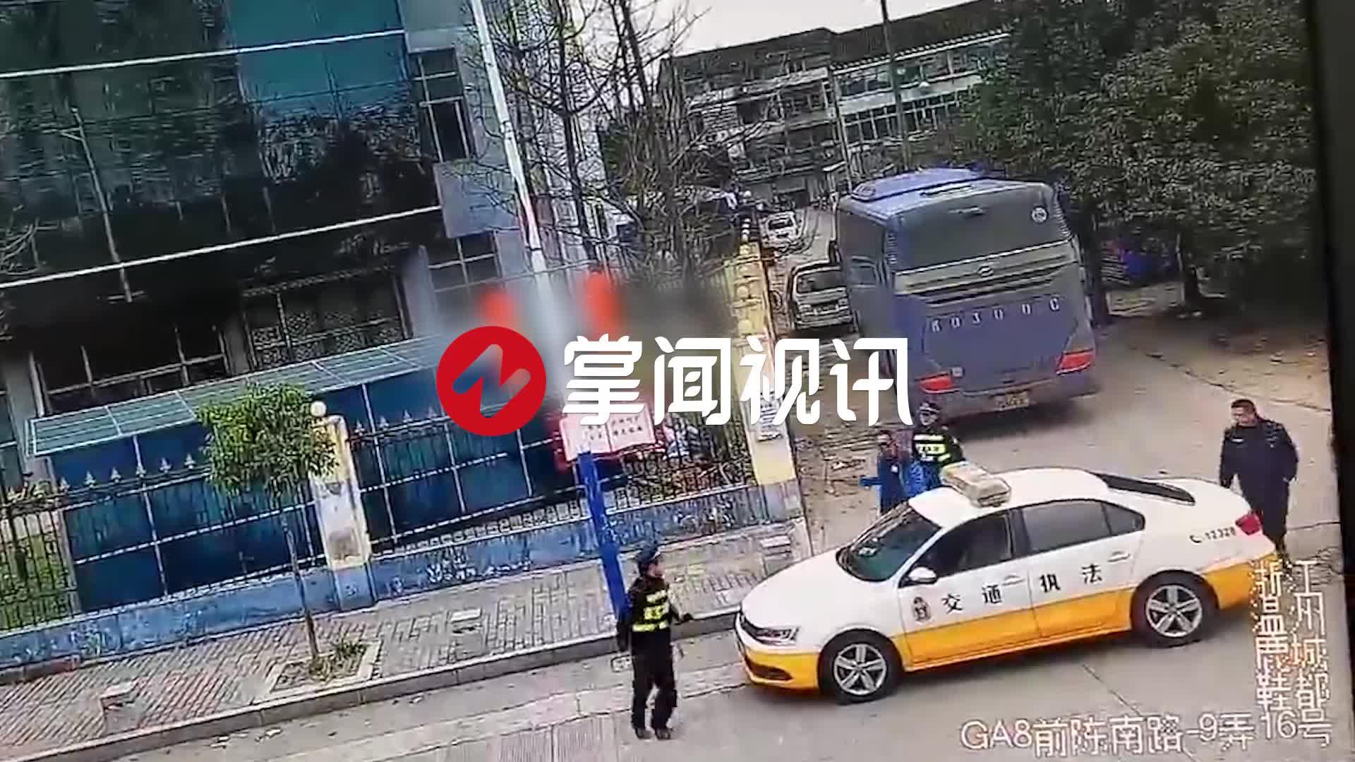 客车站外组客被执法人员发现 司机持伸缩棍打人砸车暴力抗法