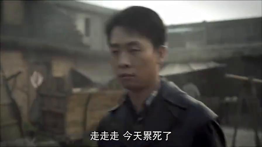 小伙穿着名牌皮衣走在贫民窟里,路过的穷人都想打劫他,太逗了