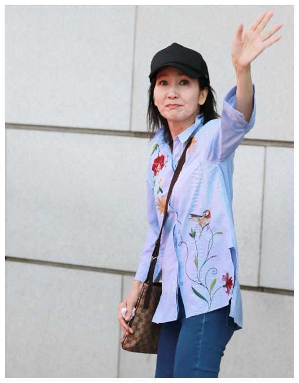 60岁陈美琪老态毕现,招手致意网友却哭了:求别发这种图了!