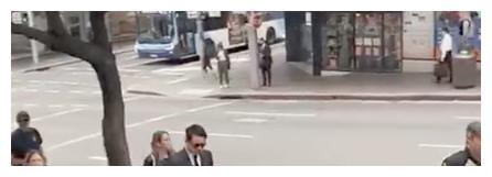 高云翔西装革履黑超遮面出庭 街边与金发女打招呼
