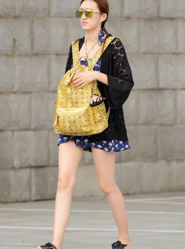 路人街拍:戴着墨镜的长腿美女,这是要去哪里玩呀!