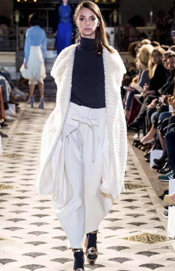 纯白的外套搭配黑色内搭,腰间的白色蝴蝶结设计,也是非常亮眼