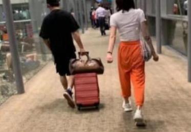 郑恺携女友现身机场,举止十分亲密,网友:微博又要瘫痪了吧