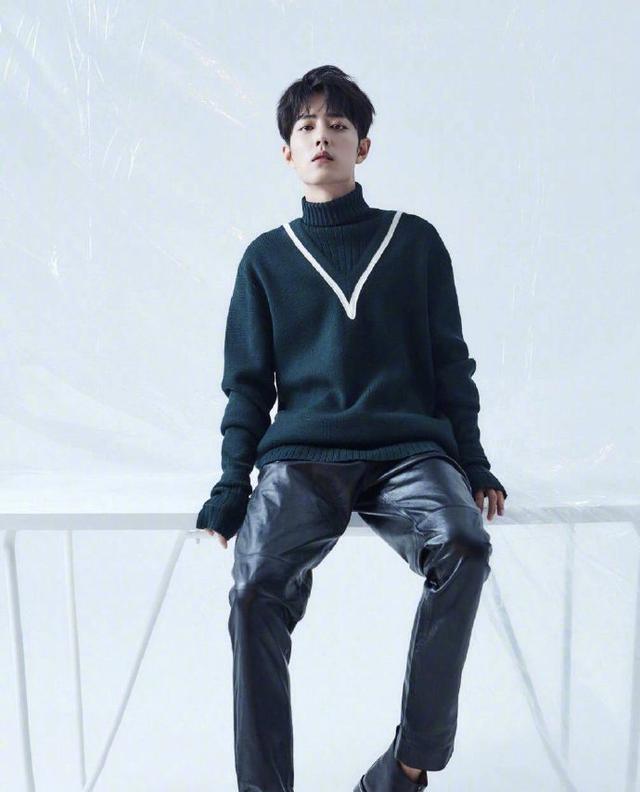 误入皮裤灾难区?王一博浅色皮裤不怕显腿粗,怎样穿出时髦感
