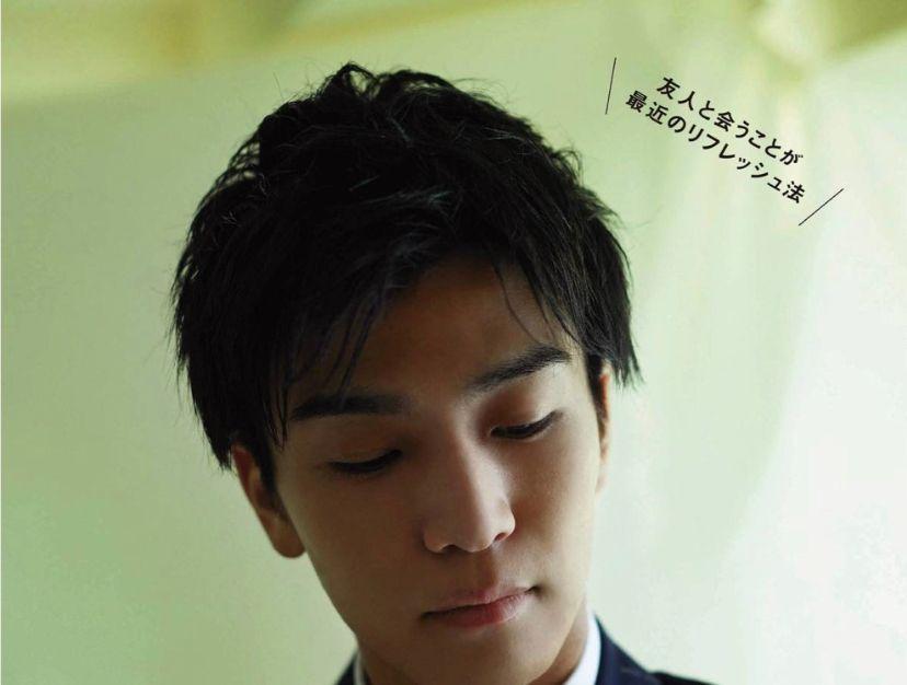 组图:岩田刚典拍摄杂志写真 清澈眼神极具少年感
