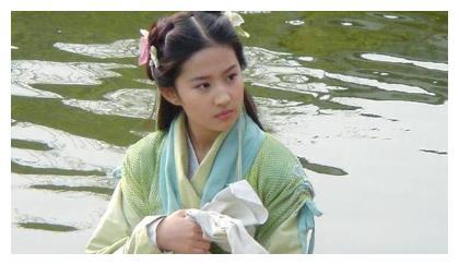 刘亦菲16岁出演仙剑花絮,皮肤嫩的出水,胡歌一旁搞怪表情包再现