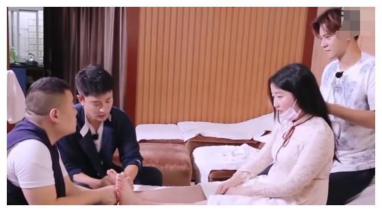 岳云鹏给女孩做足底按摩,究竟问了女孩啥问题?贾乃亮都有点害怕