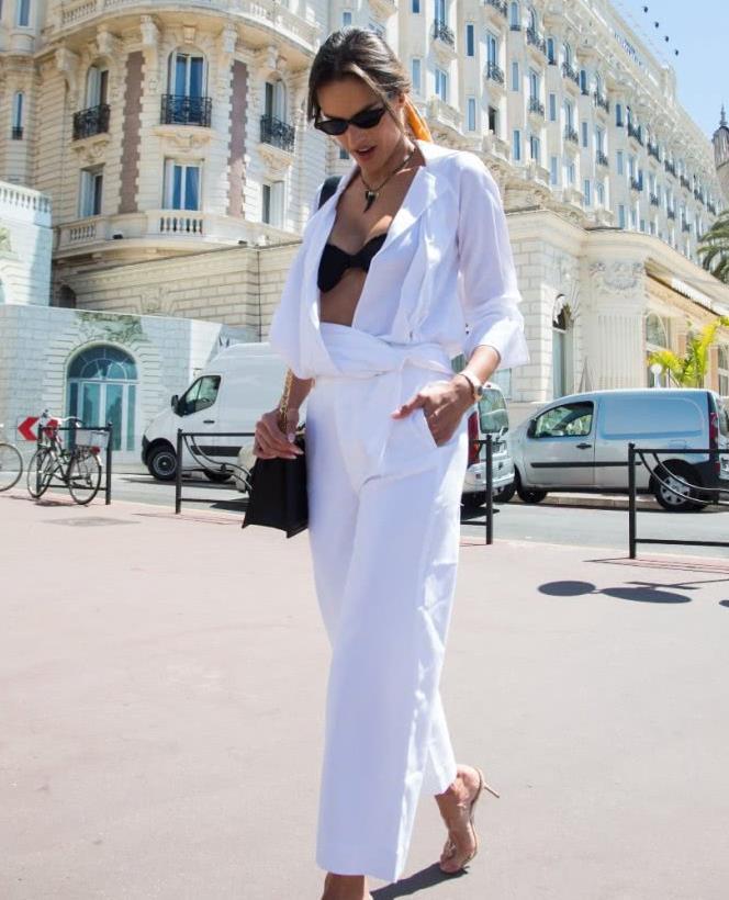亚历山大·安布罗休街拍,白色连体裤露出黑色内衣,迷人有魅力