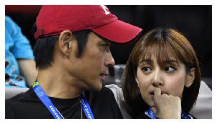 郑嘉颖陈凯琳同框看球赛,父女般的既视感,陈凯琳比剧中漂亮好多